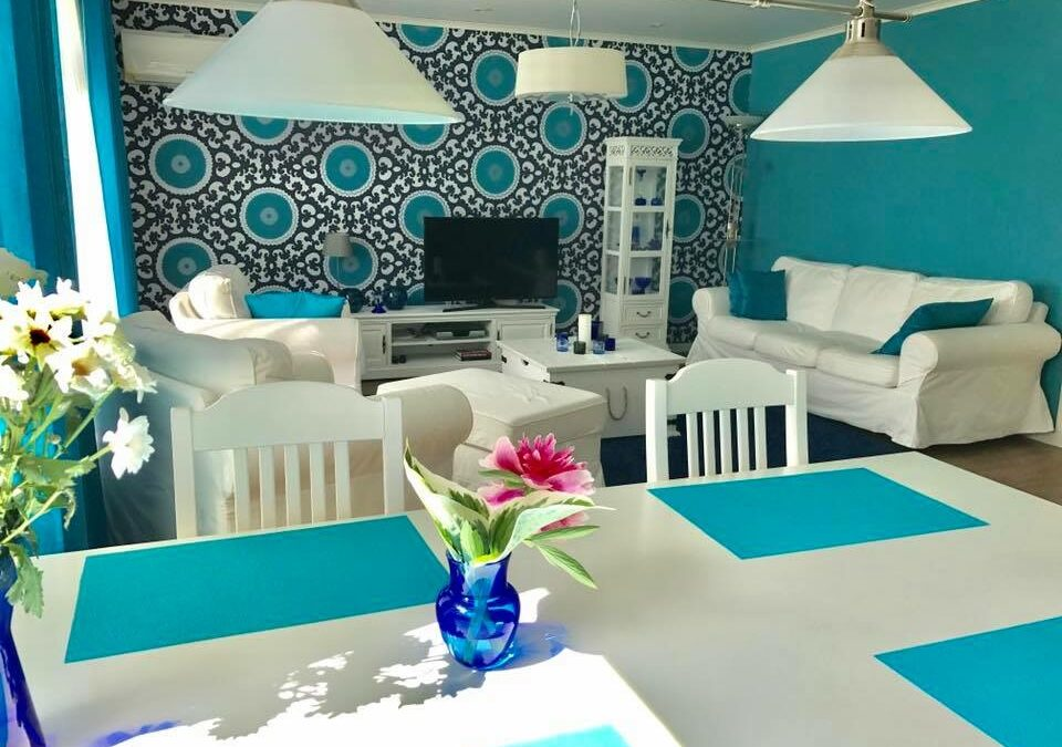 Turkoosin väriloistetta  ja itämainen koti, omakotitalo Ylöjärvi. Tilasuunnittelu sisältäen seinän purkua, pintasuunnittelu, kiintokalustesuunnittelu, kalustesuunnittelu ja valaistus, Marikan SisustusStudio