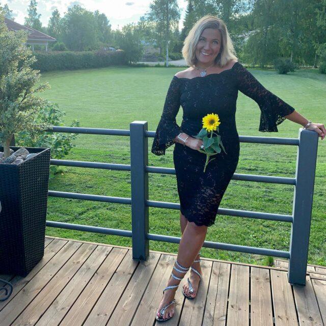 Älä elä elämää täynnä suunnitelmia. Joskus parhaat hetket tapahtuvat suunnittelematta....  Älä koske mihinkään vain  puolittaisella sydämellä. ❤️✨  Kivaa viikonloppua kaikille ! Kahden viikon päästä palaan  taas töihin ! 😊  ❤️ #rakkaudellamarika  Marikan SisustusStudio  #sisustussuunnittelu  #sisustussuunnittelija  #ylöjärvi  #tampere  #pirkanmaa  #somero #turku #helsinki #suomi  #sisustus  #valaistus  #tekstiilit  #kiintokalusteet  #huonekalut #moderni #rustiikki #skandinaavinen #kesämökki #huvila  #saneerauskohde #uudiskohde  #toimisto #julkitila #yrittäjyys #naisyrittäjä #koti #viihtyisyys  www.sisustusstudio.com  # sisustussuunnittelua intohimolla &  11 vuoden kokemuksella 💯✨