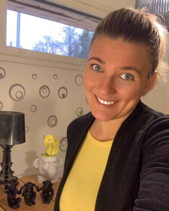 Kuka minä olen?  Olen Marika Piekkala, toiminut sisustussuunnittelijana jo 11,5 vuotta. Kouluttauduin TAMK.ssa 2,5 vuotisessa koulussa ja  teen työtäni aina suurella rakkaudella ja intohimolla. Muistan millainen vastaanotto alussa suunnittelijalla oli. Mitäääh? Osaatko sä tehdä muutakin, kuin vaihtaa verhoja. Apuaaa... ehkä vähän jotain muutakin, kenties! 😉 Suurin intohimoni on tilasuunnittelu. Miksi? Koska se on kaikkein haasteellisin ja minä rakastan haasteita. Juuri samasta syystä rakastan suunnitella valaistusta ja kiintokalusteita. Teenkin paljon alihankintana kiintokalustesuunnittelua, sekä toimin myös esittelijän roolissa paikassa @designkaluste. Mutta teen myös kiintokalustesuunnittelua jäävisti ja pyydetään aina reilusti tarjoukset eri liikkeistä. Kun tarjoukset on saatu ja HUOM. asiakas on päättänyt, mistä kiintokalusteet tilataan. Menemme yhdessä asiakkaan kanssa valitsemaan materiaalit kyseiseen liikkeeseen.  Minulla on monia asiakkaita ja olemme tilanneet kiintokalusteita useista eri liikkeistä, koska kyse on AINA asiakkaan mieltymyksistä. Pintasuunnittelu on myös osa-alue, jossa pääsee loistamaan. Vielä enemmän voi loistaa, kun tehdään mahtavaa yhteistyötä @krautatoikkonen  ja @puutoimi yhtiöiden kanssa. Tavoite on aina palvella asiakasta erittäin kattavasti. Meidän yhteistyö on sujunut jo useita vuosia vankkumattomana! Teen myös huonekalusuunnittelua ja tekstiilisuunnittelua. Hoidan myös kaikkien asioiden mittaukset, materiaalimenekit ja tarjouspyynnöt.  Kuka minä olen muuten ihmisenä? Olen kohta 42.v kahden teinipojan äiti ja olen kotoisin Varsinais-Suomesta. Siksi minun työreviirikään ei rajoitu pelkästään Pirkanmaalle, vaan alueenani on puolikas Suomea. Olen ihmisläheinen, puhelias, rehellinen, realisti, maalaisjärjellä, mutta myös vahvalla intuitiolla vahvistettu iloinen, sekä nauravainen nainen.  Minut pitää liikkeessä ihmisläheinen työ ja huumori.  Pilke silmäkulmassa keventää kummasti matkaa myös näinä vaikeinakin aikoina. Asiakaspalvelu on ain
